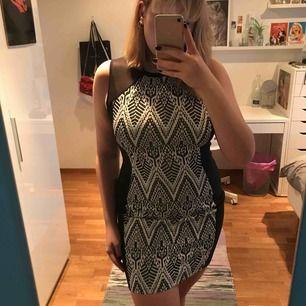 Snygg tajt mönstrad klänning med meshdeteljer vid axlarna. Man får jättesnygg form i den.🌪 Jättebra skick, ändats använd att fåtal gånger💫