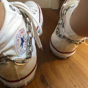 egen designade converse!!   strl 40, vita, fint skick   om ni vill kan ni skicka (mötas upp i sthlm) era sneakers till mig så kan jag designa de på detta vis!!   skriv till mig ig: virusdesigns