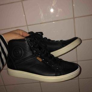 Ett par Ecco skor i storlek 36, skriv för mer information