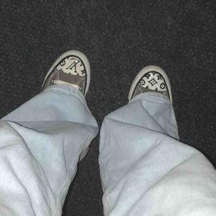 Absolut inte perfekta, har gjort dem själv! Tyvärr insåg jag när jag var färdig att skorna var i fel storlek för mig😢. Sjukt balla och unika!! Tänk på att converse är stora i storleken så skulle säga att de är som 36,5 🤩 skicka PM!🥰