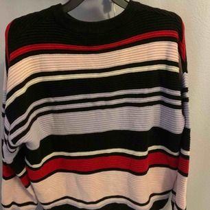Väldigt mysig tröja och perfekt för hösten & även vintern! Storlek S men känns som även M. Kan användas till alla kläder. Sticks ej alls och är väldigt mysig!