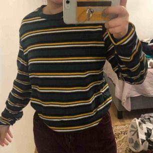 Oversized tröja från HM. Skit snygg, grön med gula detaljer.  Frakt: 50kr