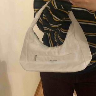 """Trendig väska, vit """" fashion Paris"""" står på framsidan. Mycket fin. Fläckar finns, men de syns om man vänder väskan. Kolla sista bilden!"""