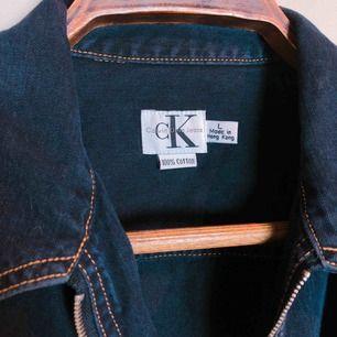 Denimjacka designad av Calvin Klein. Det står att strl är LARGE men jag är en XS och använder den som en oversize jeansjacka.  42cm över axlarna 64cm lång 62cm ärmar