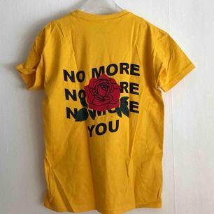 T-shirt från BLVCK.PL med tryck på ryggen