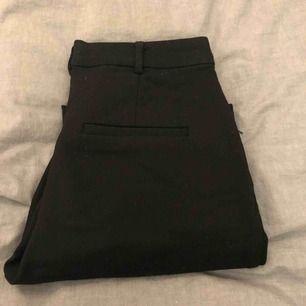 Svarta kostymbyxor från mango.