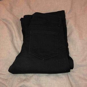 Svarta bootcut jeans från bikbok. As sköna men sällan använda.