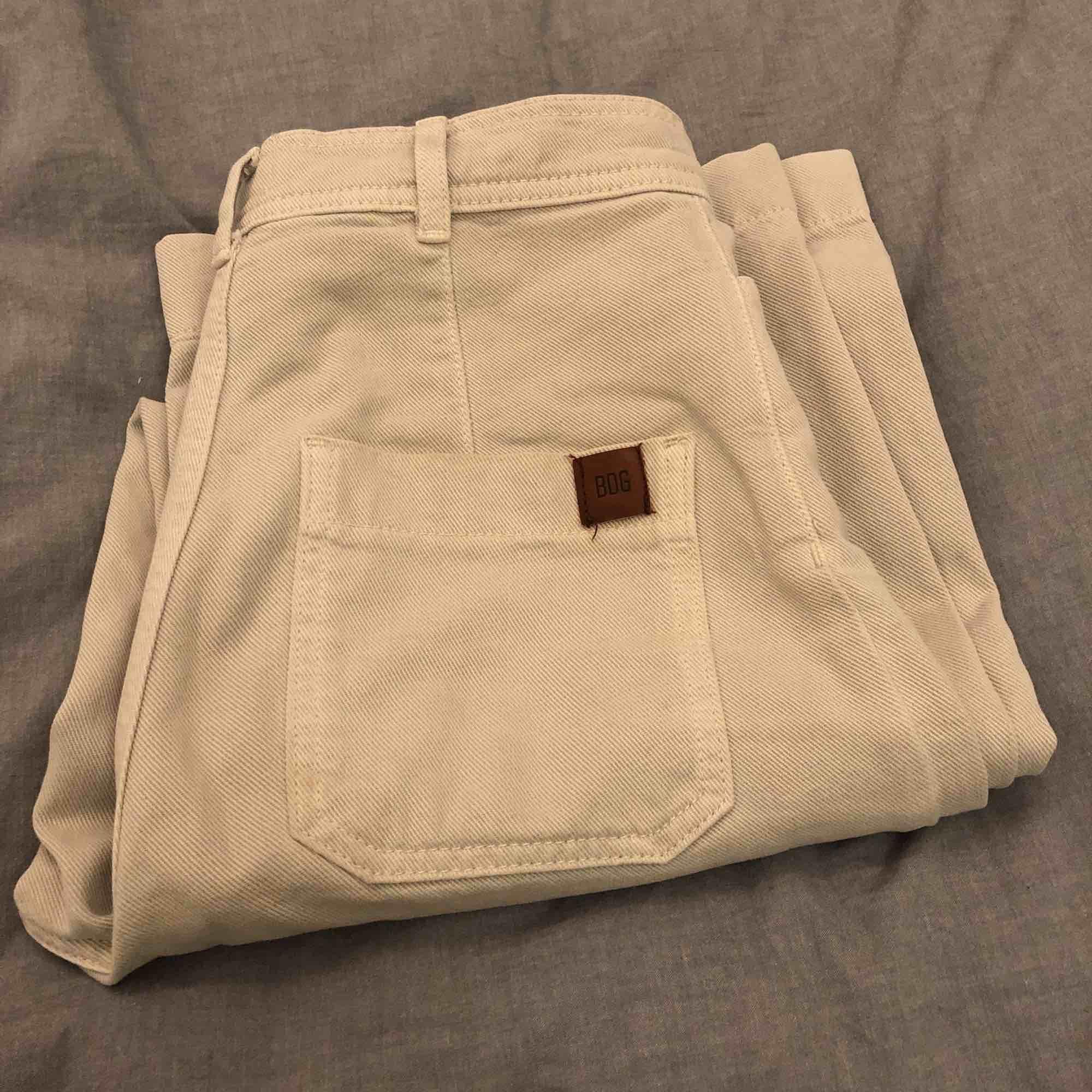 Beiga breda byxor köpta på urban outfiters. Köpta dyra så säljer även ganska dyrt. Knappt använda och ser helt nya ut. Vi kan diskutera pris!!. Jeans & Byxor.