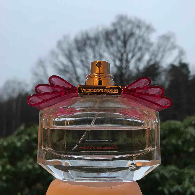 Victoria Secret parfym, över halva kvar. Har tappat bort locket därav det låga priset. 🧡. Accessoarer.