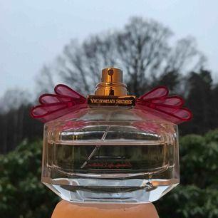 Victoria Secret parfym, över halva kvar. Har tappat bort locket därav det låga priset. 🧡