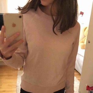 Vanlig, fin, och enkel basic tröja som är mycket användbar. kvaliten är bra 👍🏼👍🏼 tror den är från zara med är ej helt hundra 😊