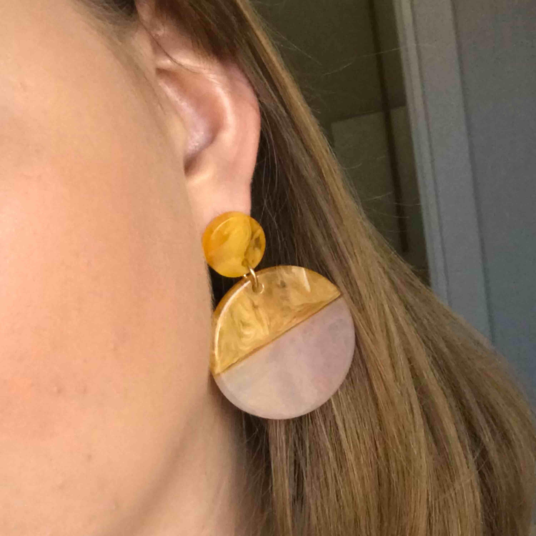 Örhängen köpta på monki i somras. Använda 1 gång. . Accessoarer.