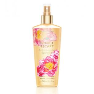Victoria's Secret - Secret Escape Body Mist. En uppfriskande body mist med aloe vera och lugnande kamomill för färsk, lätt doft. Doften har freesia och guava blossom, Lätt doft av Blommor och natur!  📍 Dermstore 159:-