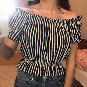 Jättefin randig offshoulder- tröja. ALDRIG använd, säljer billigt men verkligen inget fel på den. 😊 ordpris 300kr