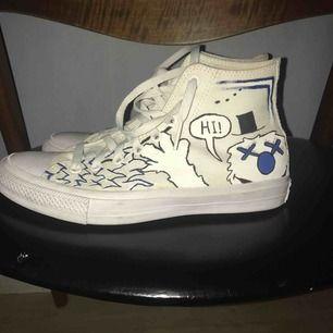 Oanvända helvita skor med egendesignat mönster