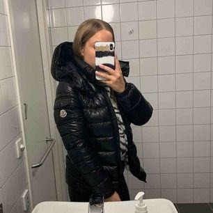 Säljer min jättefina Moncler jacka i modellen Bady. Köptes 2018 i november men har i princip aldrig använt den så den är som ny. Möts upp i Stockholm men kan även frakta (köparen står för frakten).