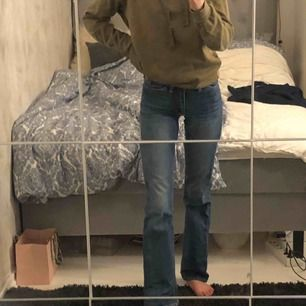 Säljer ett pr superfina bootcut acne jeans i storlek w24 l32  Passar perfekt på mig som är 164cm lång  Säljs då jag ej använder dom längre  Köpta för 2300kr säljer för 400kr i super bra skick!