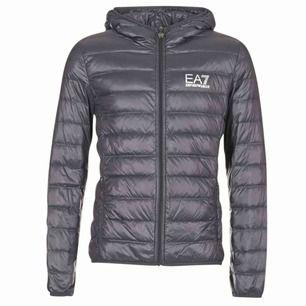 Säljer en fake Armani jacka i storlek S men den är lite stor i storleken och skulle passat en M   Cond: 6/10