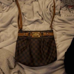 Louis vuitton väska, den är dock fake därav priset hehe! Den är i bra skick & har axelremsband.