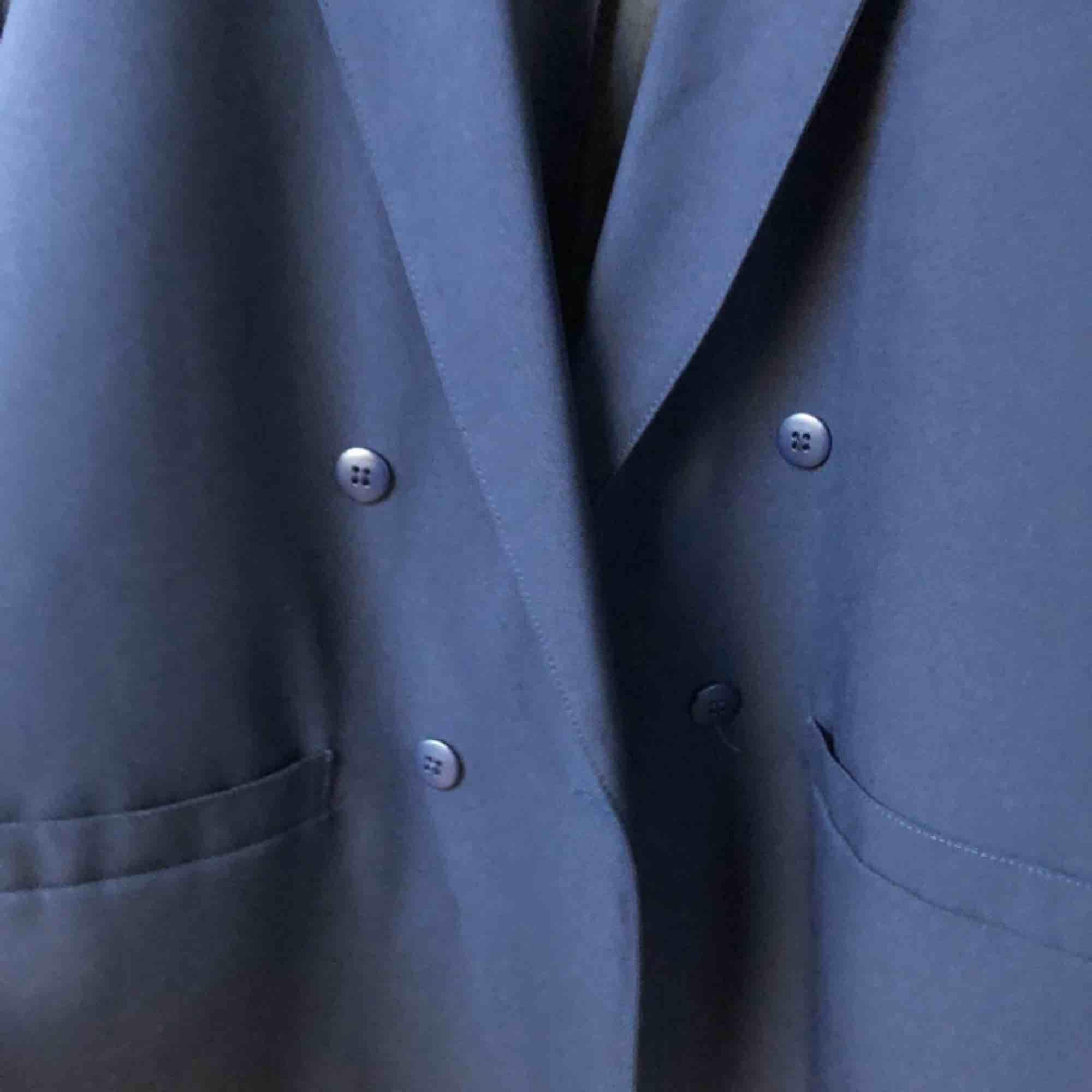 Kavaj med dubbelknäppning. Köpt secondhand men i bra skick. Mörkblå, första bilden representerar färgen bäst! Priset är inklusive frakt!. Kostymer.