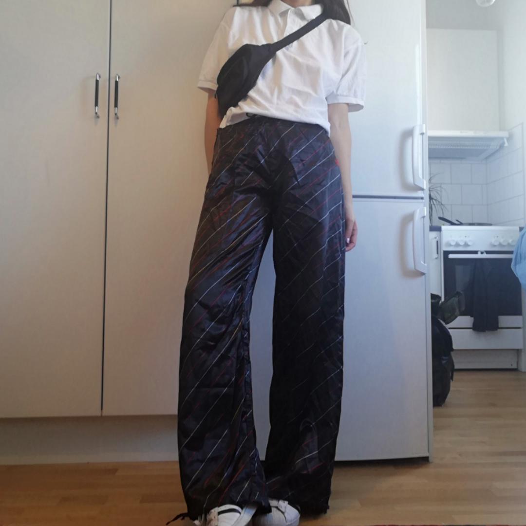 Vintage glansiga Adidas byxor i stl 40, går dock att spänna åt med bandet i midjan så de funkar på mig som har XS. Vid modell som går att dra åt vid foten. Frakt 42 kr. . Jeans & Byxor.