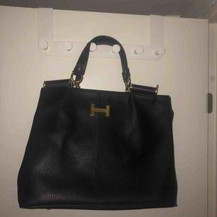 Hermes väska i fint skick och bra kvalité. Stor och rymlig. Väskan är inte äkta dvs en kopia.