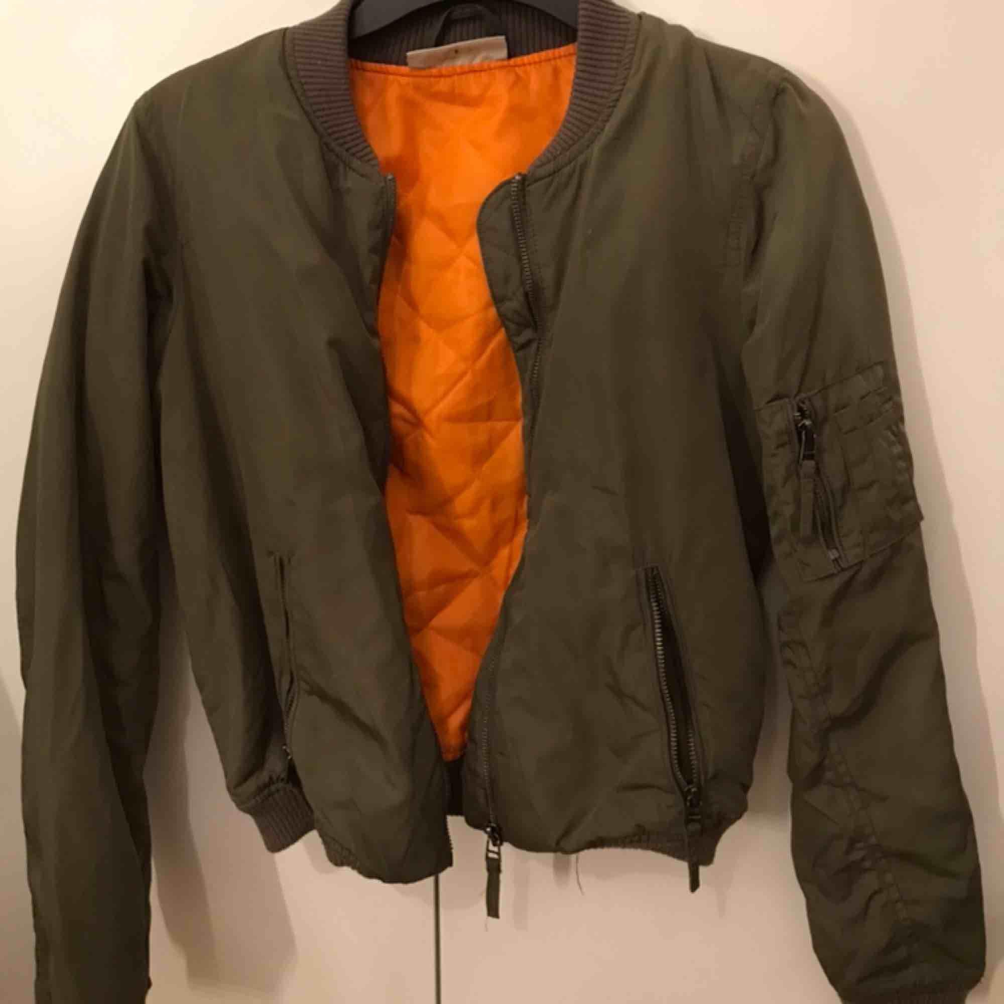 Säljer en grön bomberjacka från Noisy May. Köptes för ungefär ett år sedan. Den har bra skick. Dragkedjeförsedda fickor. Muddar i ärmslut samt nederkant.. Jackor.