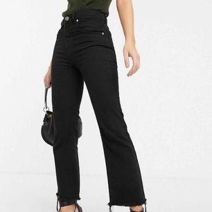 Jeans från ASOS DESIGN. Jag har vanligtvis strl 36/38 i jeans men iochmed att dessa jeans inte har någon stretch passar dessa bra. Lite utsvängda längst ner.