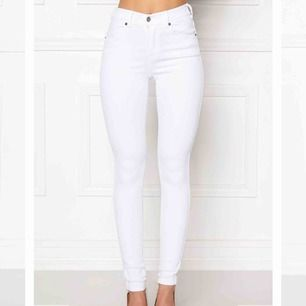 Säljer vita dr denim jeans. De är i bra skick och har endast använts en gång. Jeansen har hög midja och slim passform. De är väldigt stretchiga och töjer/formar sig efter kroppen. Passar om man har S-XS.