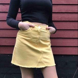 Jeanskjol från Monki. Färgen är mest korrekt på första bilden men den är egentligen lite gulare än så. Köparen betalar för frakt men kan också mötas upp i Stockholm :)
