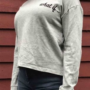Grå tröja med text från Mango. Köpt second hand men har inte använts så jättemycket av mig. Köparen betalar för frakt eller så kan jag mötas i Stockholm :)