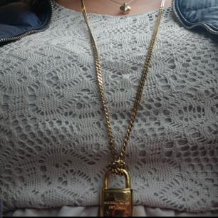 Michel kors halsband (ÅKTA)  Tyvärr inget kvitto för jag trodde att jag skulle behålla den.    Långt halsband som ni ser på bilden.  Nypris 1600kr Priset är ink.