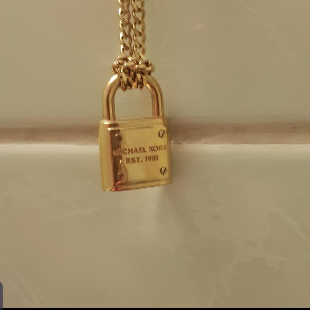 Michel kors halsband (ÅKTA)  Tyvärr inget kvitto för jag trodde att jag skulle behålla den.    Långt halsband som ni ser på bilden.  Nypris 1600kr Priset är ink. . Accessoarer.
