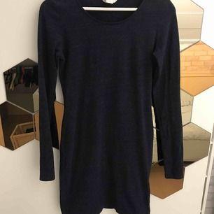 Fin tight klänning i storlek small från hm. Fint skick, den är mörkblå.