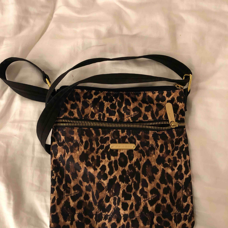 Jätte snygg axelväska från Victoria's Secret, frakt ingår i priset😘. Väskor.