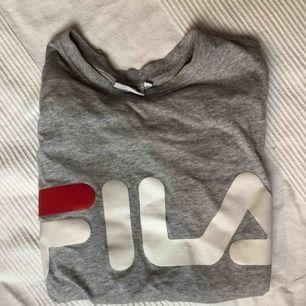 Snygg långärmad t-shirt från Fila. Använd men inte sliten. Storlek XS men passar även S. Orginalpris: 400 kr