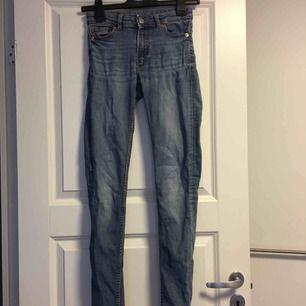 Jeans från Monki. Lite slitna vid bakfickorna därav det billiga priset. Frakt tillkommer på 54kr❣️
