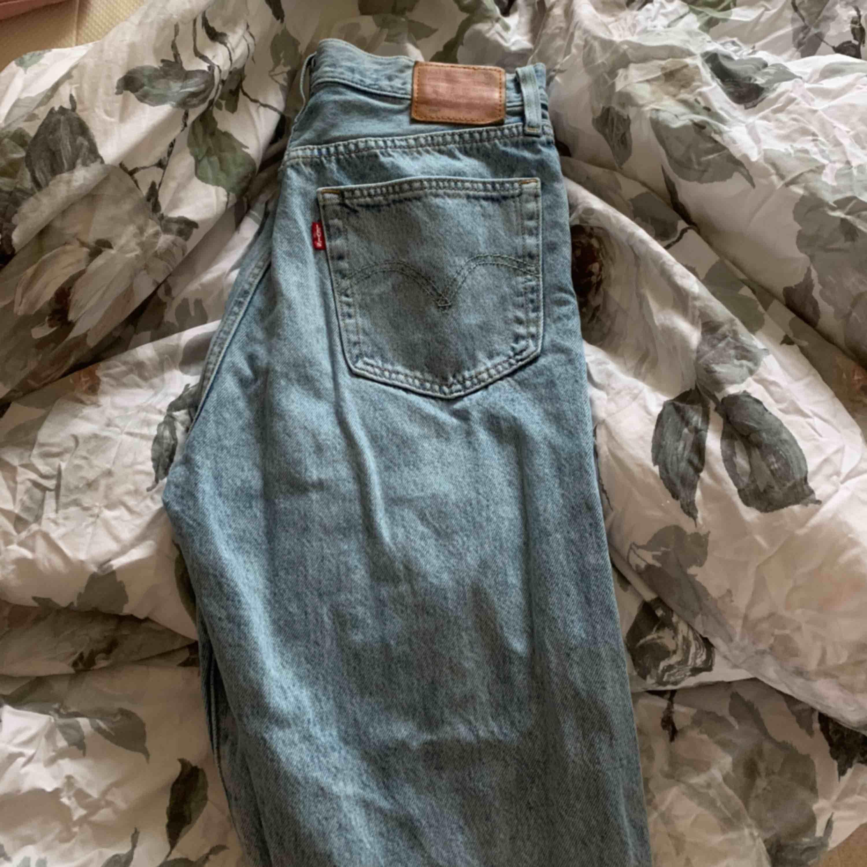 Säljer mina Levis jeans , nyinköpta men har blivit lite försmå. Använda 3 -4 ggr. Jag står för frakten! Lite lösa precis ner till vaderna men tajt passform låren & upp. . Jeans & Byxor.