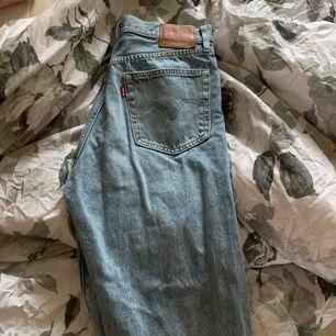Säljer mina Levis jeans , nyinköpta men har blivit lite försmå. Använda 3 -4 ggr. Jag står för frakten! Lite lösa precis ner till vaderna men tajt passform låren & upp.