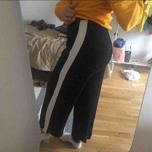 jättesköna byxor, använda en gång men säljs pga inte min stil. frakt tillkommer 🥰