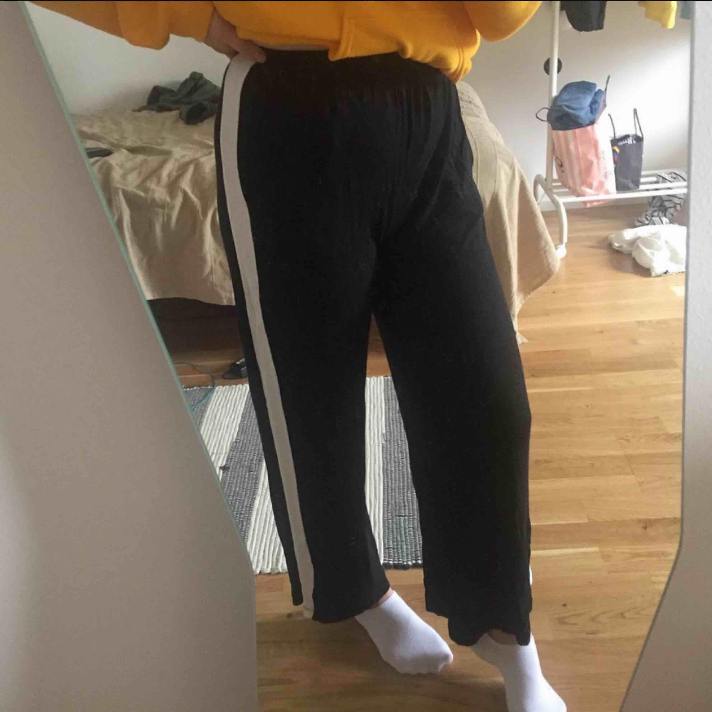 jättesköna byxor, använda en gång men säljs pga inte min stil. frakt tillkommer 🥰. Jeans & Byxor.