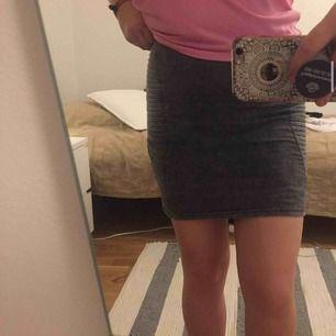 grå kjol från h&m, jättebra skick.