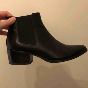 Supersnygga skor från Vagabond. Använda väldigt lite då jag inte trivs i klack. De är skötta med skokräm och har inte spruckit i skinnet. Det står storlek 40 i dem, men jag som har 39 har kunnat ha dem. Nypris: ca 1200 kr. Frakt tillkommer.