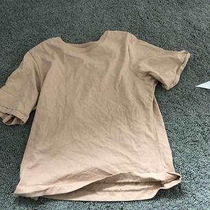 Beige T-shirt från Gina tricot med coola sömmar