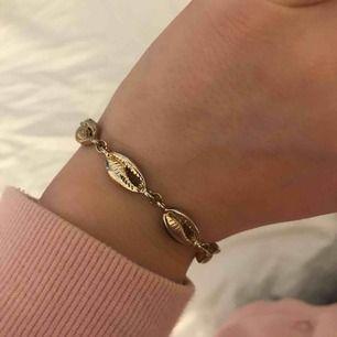 Jättegulligt, guldigt snäckarmband:)