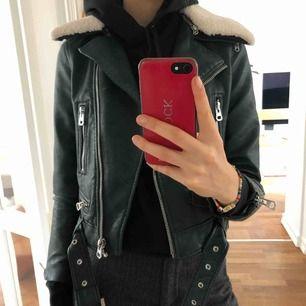 Extremt snygg grön skinnjacka från Zara  Fint skick  Säljer -för liten i ärmen
