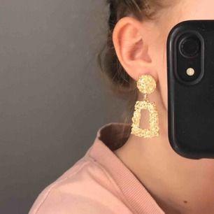 Extremt fina, guldiga örhängen. Säljer då jag har två par.