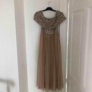 En jättefin off shoulder klänning från Maja deluxe. Är som i nyskick då den endast är använd en gång.  Strl S.