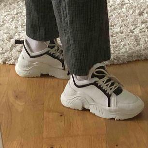chunky sneakers från nelly! använda men i bra skick, tredje bilden visar en slitning på en av skorna🥺