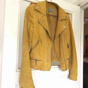100% äkta mocka jacka från Vero Moda. Storlek S Använd några gånger och därav missfärgning av svart tröja innanför jackan.